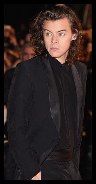 Duelo One Direction  Harry Styles ou Louis Tomlinson  Qual deles é o mais  gato da boyband britânica  734109a282f