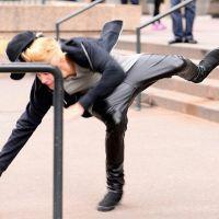 Justin Bieber cai de skate e paga maior mico na frente de todo mundo! Eita!