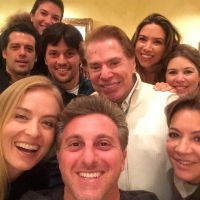 Luciano Huck tieta e posta selfie com Silvio Santos em Instagram