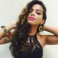Anitta curte dia ensolarado de biquíni e dança Harmonia do Samba com amigos na piscina
