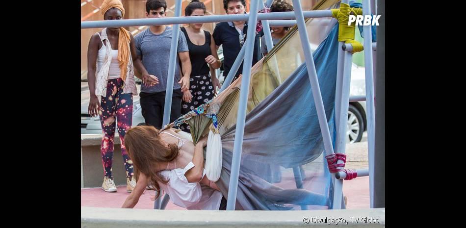 """Bianca (Bruna Hamú) se joga em cima de Henrique (Michel Joelsas) quando cai em """"Malhação"""""""