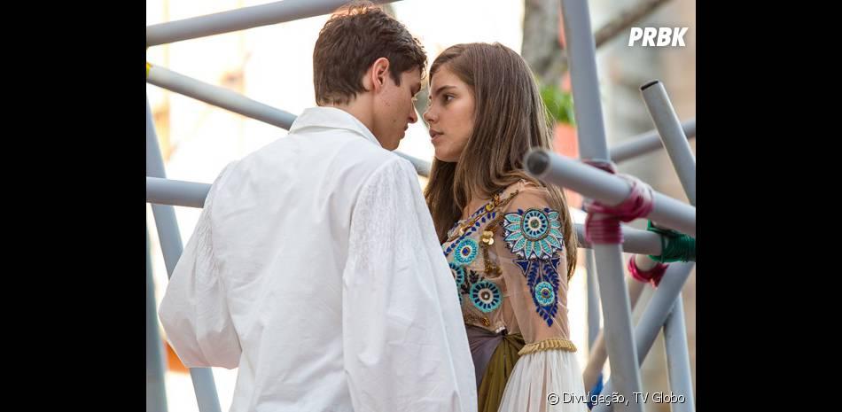 """Bianca (Bruna Hamú) ensaia a peça """"Romeu e Julieta"""" ao lado de Henrique (Michel Joelsas) em """"Malhação"""""""