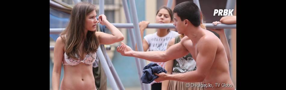 """Em """"Malhação"""", Bianca (Bruna Hamú) discute com Duca (Arthur Aguiar) no meio da praça"""