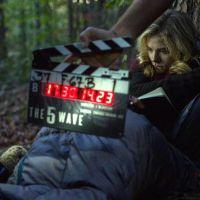 """Chloë Moretz aparece em foto de divulgação dos bastidores do filme """"A 5ª Onda"""""""
