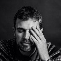 """Theo James, o Quatro de """"Divergente"""", fala sobre redes sociais: """"Eu não tenho e nunca vou ter"""""""