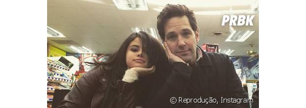 """Selena Gomez e Paul Rudd contracenam no filme """"The Revised Fundamentals of Caregiving"""", cujas gravações já foram encerradas"""