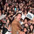 """Tyler Posey, o protagonista de """"Teen Wolf"""", brinca em selfie com as dezenas de fãs do PaleyFest"""
