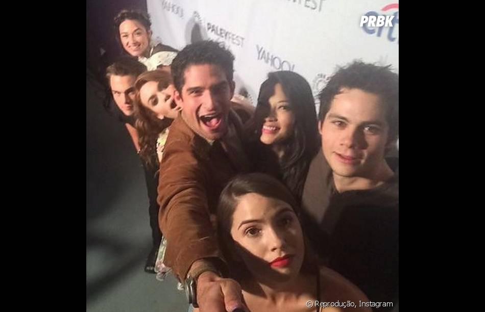 "Crystal Reed, Dylan Sprayberry, Holland Roden, Tyler Posey, Arden Cho, Dylan O'Brien e Shelley Hennig usam um pau de selfie para tirar foto no evento de ""Teen Wolf"""
