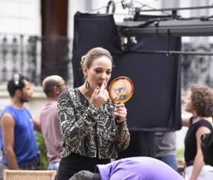 """Adriana Birolli retocando a maquiagem no final da novela """"Império"""", da Globo"""