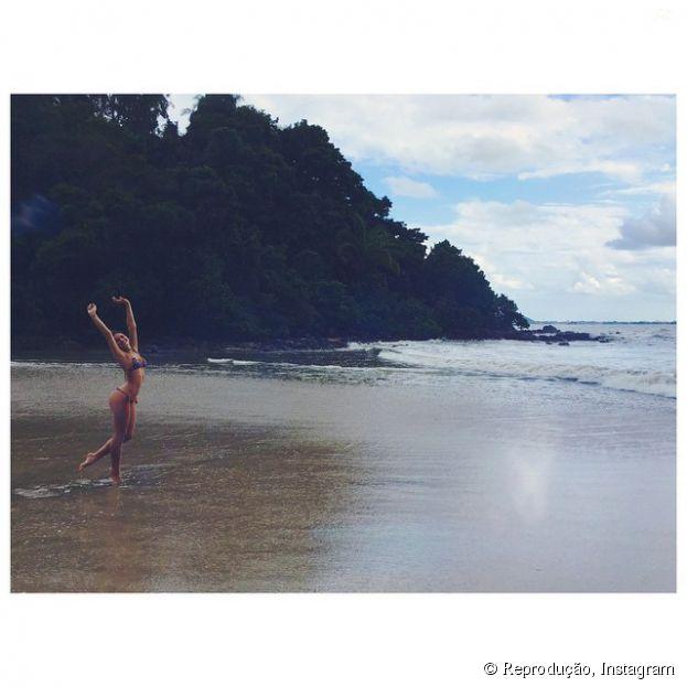 Bruna Marquezine posa de biquíni e ganha elogios no Instagram