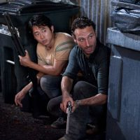 "Em ""The Walking Dead"": na 5ª temporada, Rick e Glenn sobrevivem ao season finale sangrento!"