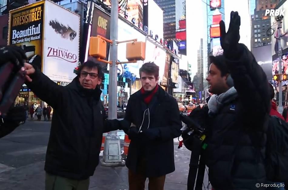 """Maurício Destri recebe instruições nas gravações de """"I Love Paraisópolis"""" na Times Square em Nova York"""