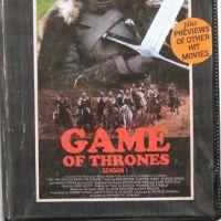 """Série """"Game of Thrones"""", """"The Walking Dead"""", diversas outras e filmes inspiram capas de VHS"""