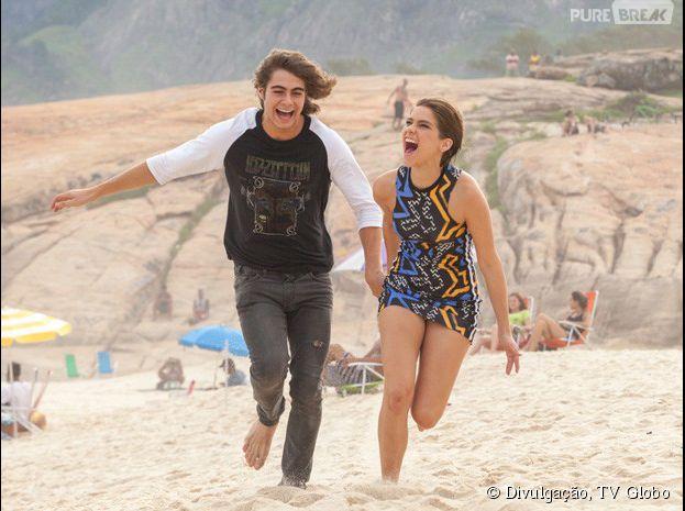 """Em """"Malhação"""", Pedro (Rafael Vitti) e Karina (Isabella Santoni) não escondem a sua felicidade na praia"""