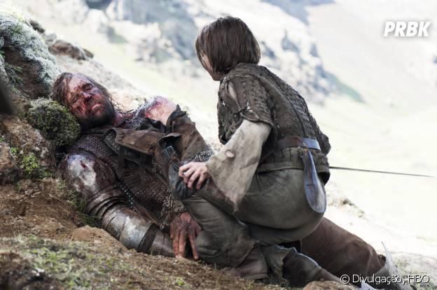"""Arya (Maisie Williams) não mostrou misericórdia com Cão de Caça (Rory McCann), seu fiel escudeiro em """"Game of Thrones"""""""