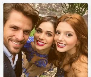 """Hugo Bonemer, Sabrina Petraglia e Giovanna Lancellotti felizes nos bastidores da novela """"Alto Astral"""""""