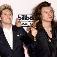 One Direction safadinho? Harry Styles dá apalpada em Niall Horan no Billboard Music Awards 2015