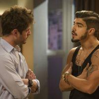 """Novela """"I Love Paraisópolis"""": Grego (Caio Castro) vai atrás de Benjamin (Maurício Destri) e o ameaça"""
