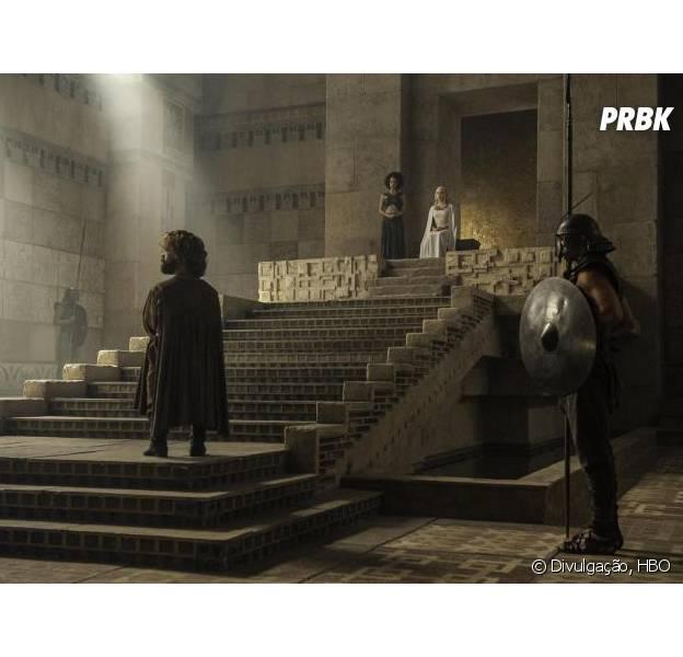 """Tyrion (Peter Dinklage) e Daenerys (Emilia Clarke) conversam em """"Game of Thrones"""""""