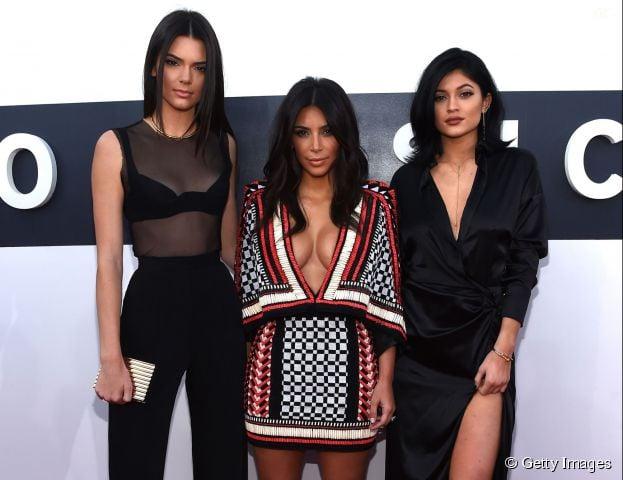 Após aparição de Caitlyn Jenner, as filhas Kim Kardashian, Kendall e Kylie Jenner demonstram apoio nas redes sociais