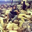 """Norman Reedus (Daryl) de boa com o seu cachorrinho entre os zumbis que serão usados nas cenas de """"The Walking Dead"""""""
