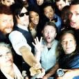 """Até o elenco de """"The Walking Dead"""" se rendeu a moda do """"pau de selfie"""""""