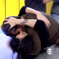 """Bruno Gagliasso invade """"Vídeo Show"""" e beija Monica Iozzi ao vivo! Alguém aí com inveja?"""