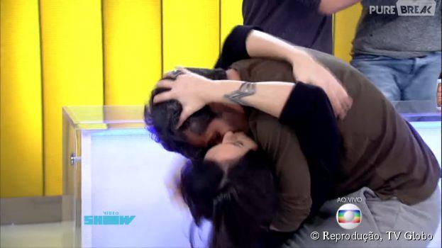 """Monica Iozzi, apresentadora do """"Vídeo Show"""", é surpreendida com beijo deBruno Gagliasso"""