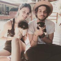 Chay Suede e Laura Neiva posam com filhotes de cachorros e ganham elogios no Instagram