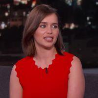"""Emilia Clarke, a Daenerys de """"Game of Thrones"""", vai no Jimmy Kimmel e fãs lutam por sua honra!"""