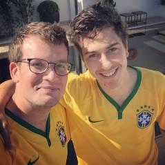 """John Green e Nat Wolff, de """"Cidades de Papel"""", chegam ao Brasil e tiram foto com camisa da seleção!"""