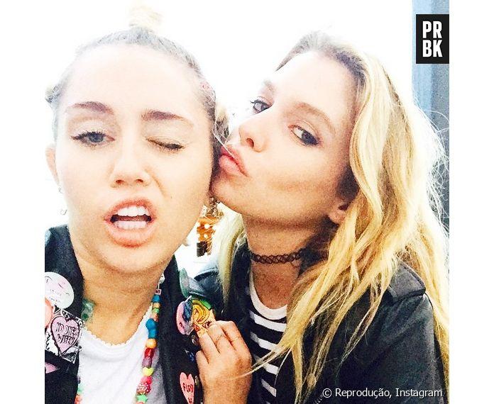 11a02092d Miley Cyrus é flagrada aos beijos com modelo da Victoria s Secret ...