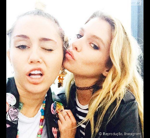 Miley Cyrus é flagrada aos beijos com a modelo da Victoria's Secret Stella Maxwell