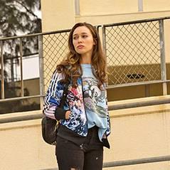 "Em ""Fear The Walking Dead"": novas fotos mostram Alicia, a filha de Madison (Kim Dickens), na escola"