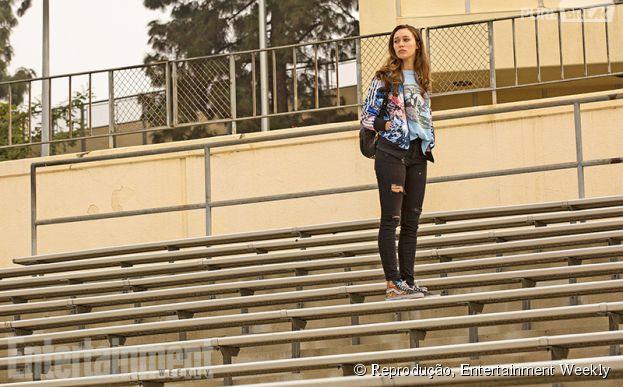 "Alicia (Alycia Debnam-Carey) olha para o horizonte na escola em ""Fear The Walking Dead"""