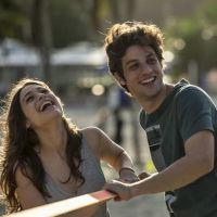 """Chay Suede e Luisa Arraes, de """"Babilônia"""", gravam cenas românticas de Rafael e Laís em praia do Rio"""