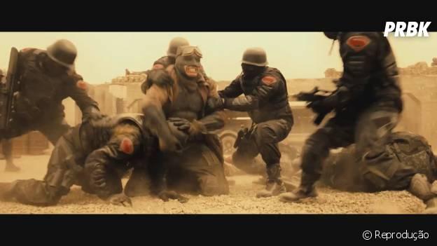 O herói, que duelará contra Super Homem, aparece quebrando o pescoço de um dos inimigos
