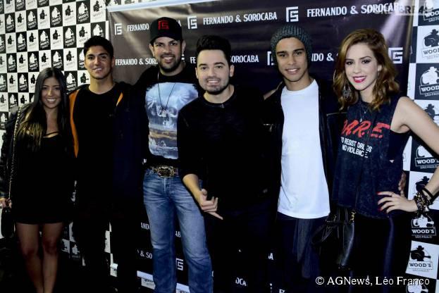 Sophia Abrahão, Sérgio Malheiros, Gabriel Medina e Tayná Hanada posam com Fernando & Sorocaba noos bastidores do show da dupla em São Paulo
