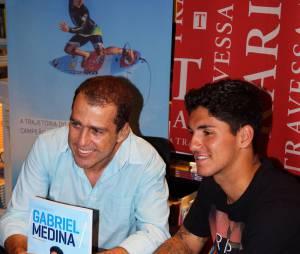 O astro do surf Gabriel Medina esteve com o escritor Túlio Brandão no Rio de Janeiro para apresentar sua primeira biografia