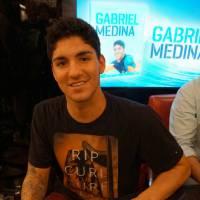 """Gabriel Medina comemora lançamento da sua 1ª biografia no Rio de Janeiro: """"Me sinto realizado"""""""