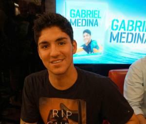 Gabriel Medina distribuiu autógrafos e recebeu carinho dos fãs no lançamento do seu primeiro livro