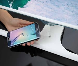 Samsung cria monitor que pode carregar o Galaxy S6 sem auxílio de cabos