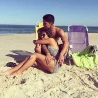 Gabriel Medina e namorada, Tayná Hanada, posam para foto romântica em meio a paisagem paradisíaca!