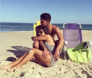 Gabriel Medina curte praia ao lado da namorada, Tayná Hanada
