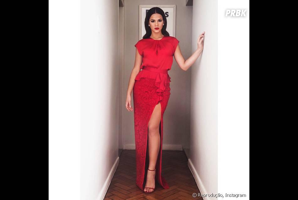 Bruna Marquezine arrasa com look vermelho e com fenda poderosa no casamento da cantora Preta Gil
