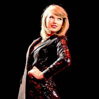 """Taylor Swift é puxada por fã em show no Canadá e quase cai em performance de """"Bad Blood""""!"""