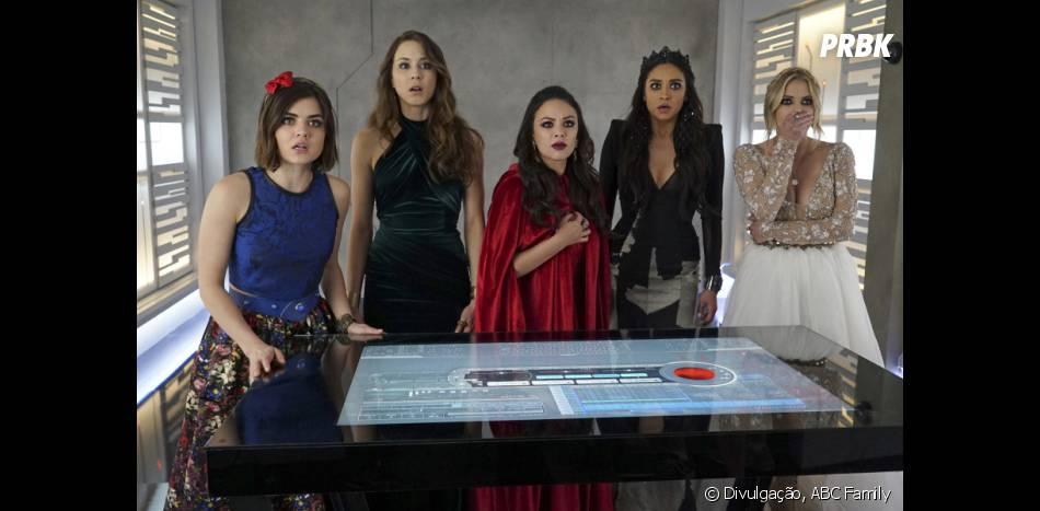 """Em """"Pretty Little Liars"""", finalmente Aria (Lucy Hale), Spencer (Troian Bellisario), Emily (Shay Mitchell), Hanna (Ashley Benson) e os telespectadores ficam cara a cara com A!"""