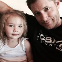 """Jensen Ackles, o Dean de """"Supernatural"""", se rende ao Instagram e estreia com foto super fofa"""