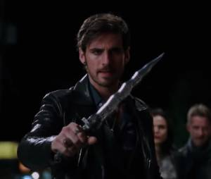 "Em ""Once Upon a Time"", Hook (Colin O'Donoghue) ordena com a adaga que Emma (Jennifer Morrison) retorne!"