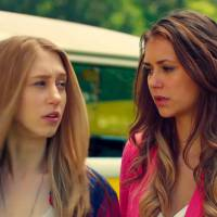 "Nina Dobrev e Taissa Farmiga, de ""American Horror Story"", lutam em trailer de ""The Final Girls"""